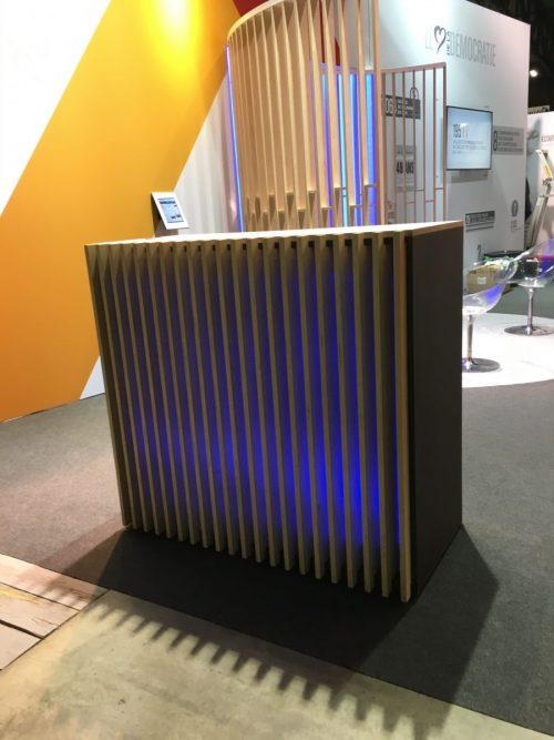 Location de desk en bois lumineux